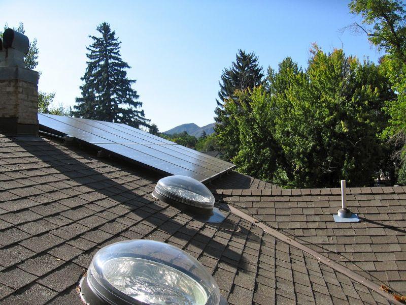 Pannelli fotovoltaici installati sul tetto di una casa