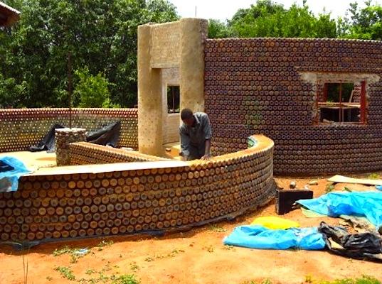Pareti Con Bottiglie Di Vetro : La casa costruita con bottiglie di plastica l innovazione della