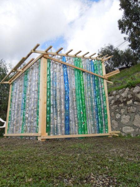 La casa costruita con bottiglie di plastica l 39 innovazione for Costruire uno stimatore dei costi della casa