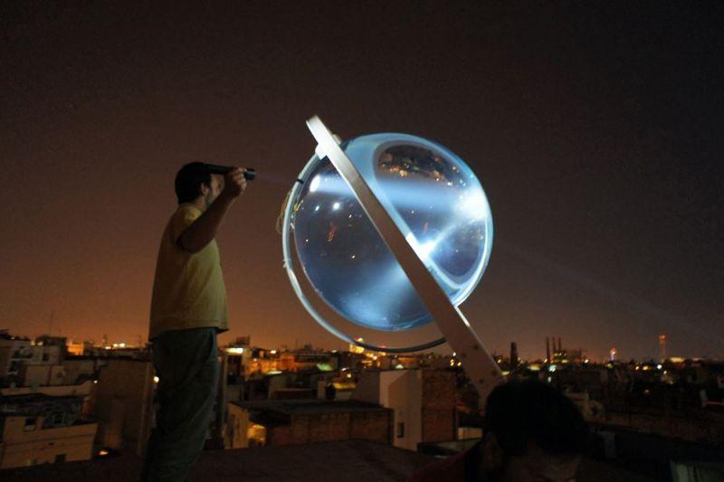 La sfera di vetro vista di notte