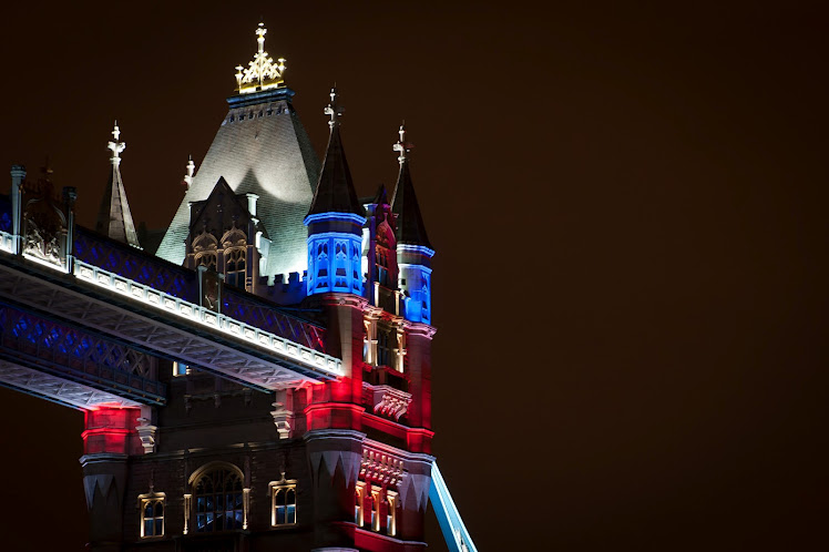 Una suggestiva immagine del Tower Bridge illuminato a LED