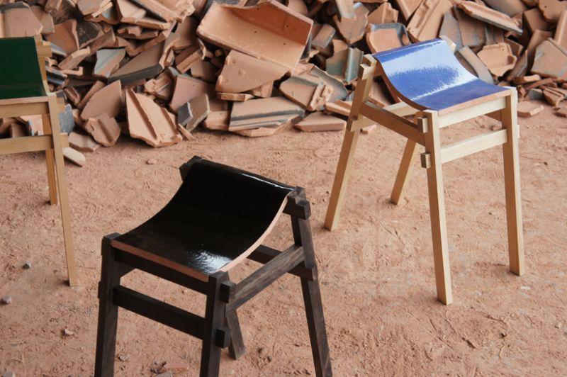 Riciclare le vecchie tegole dei tetti per creare delle sedie