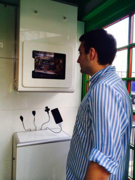 Le cabine telefoniche diventano green le solarbox for All interno di una cabina